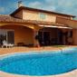Piscine extérieure et maison au style provencal